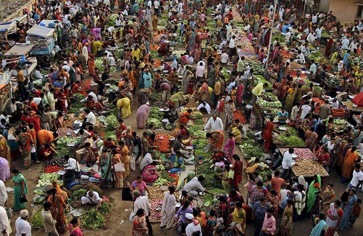 Ahmadabad, India: People crowd a vegetable market amid steep food ...